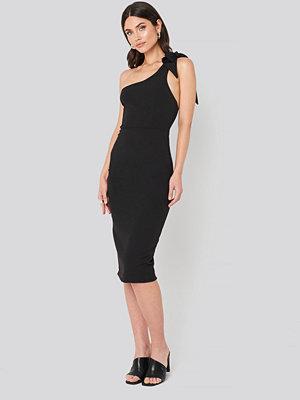 Trendyol Bow Back Detailed Midi dress svart