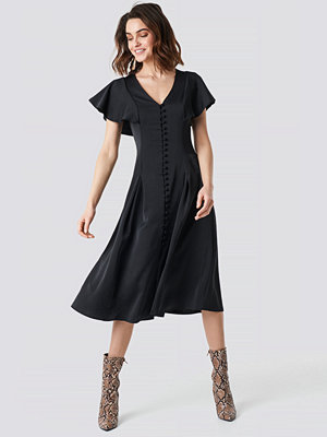NA-KD Party Button Up Flounce Sleeve Dress svart