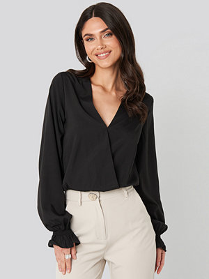 NA-KD Wrap Over Blouse svart