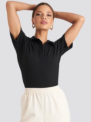 T-shirts - Emilie Briting x NA-KD Button Up T-shirt svart
