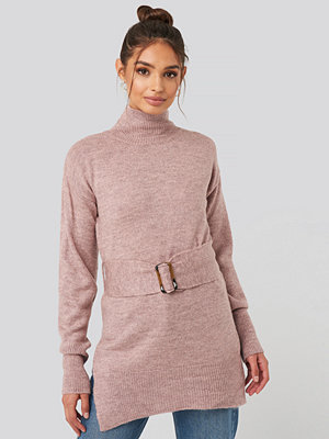 NA-KD Trend Buckle Belt Knitted Sweater rosa