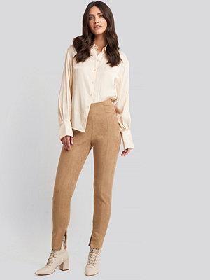 NA-KD Faux Suede Zip Detail Pants beige byxor
