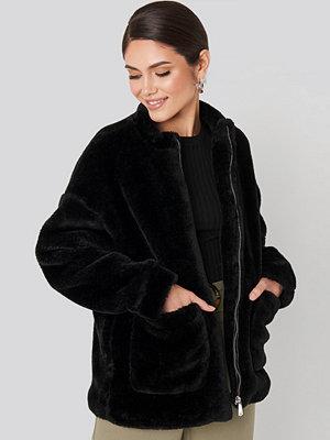 NA-KD Short Front Pocket Faux Fur Jacket svart