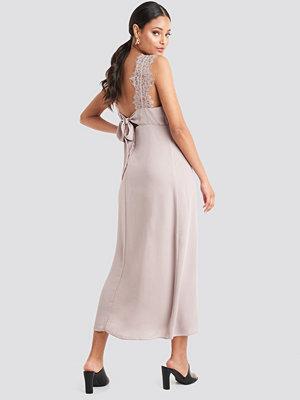NA-KD Party Thin Strap Lace Back Dress rosa