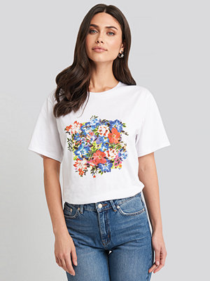 NA-KD Box Floral Oversized T-shirt vit