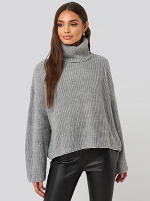 NA-KD Oversized High Neck Knitted Sweater grå