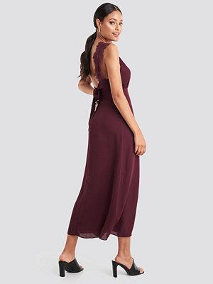 NA-KD Party Thin Strap Lace Back Dress röd