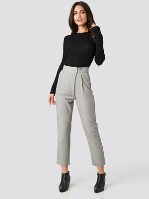 NA-KD ljusgrå byxor Paper Waist Straight Trousers grå