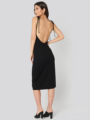 NA-KD Open Back Shift Midi Dress svart