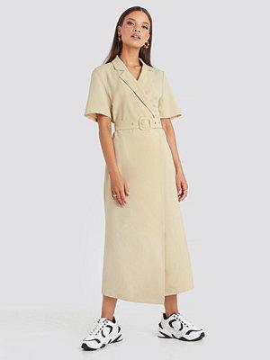 Emilie Briting x NA-KD Belted Midi Dress beige