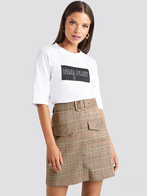 Emilie Briting x NA-KD Front Pocket Checked Skirt brun