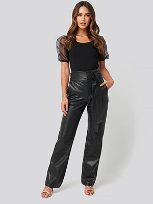 NA-KD Party svarta byxor Faux Leather Belted Straight Leg Pants svart