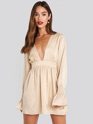 Chloé B x NA-KD Deep Front Mini Dress beige