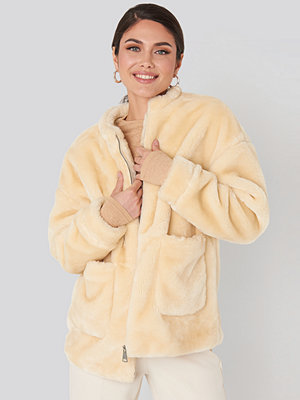 NA-KD Short Front Pocket Faux Fur Jacket vit