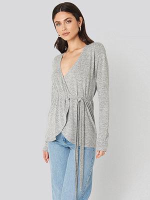 NA-KD Overlap Light Knitted Sweater grå