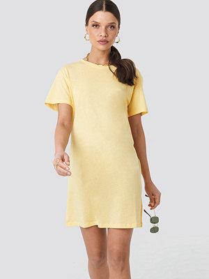 NA-KD T-Shirt Dress gul