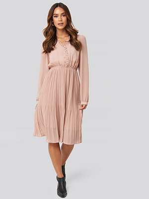 NA-KD Boho Pleated Flowy Button Up Dress rosa