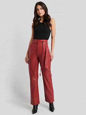 NA-KD Party röda byxor Faux Leather Belted Straight Leg Pants röd