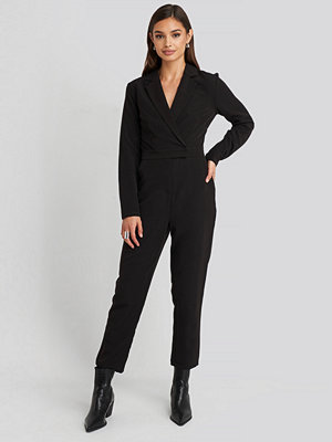 NA-KD Overlap Collared Long Sleeve Jumpsuit svart