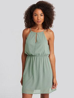 NA-KD Party Halterneck Chiffon Mini Dress grön
