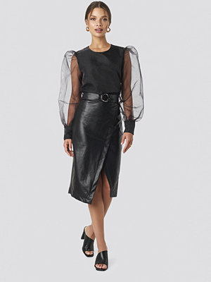 Tina Maria x NA-KD Overlapped Faux Leather Midi Skirt svart