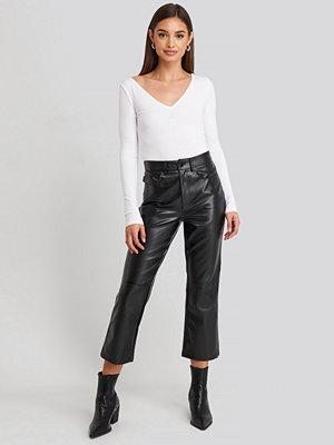 NA-KD Trend svarta byxor Flared Cropped PU Pants svart