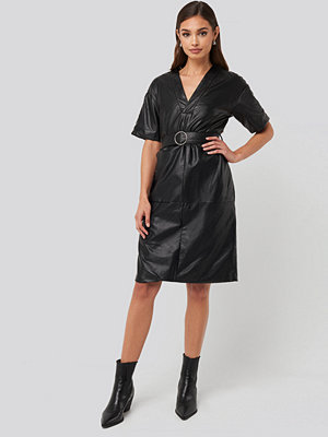 NA-KD Trend V-Front Buckle Belt PU Dress svart