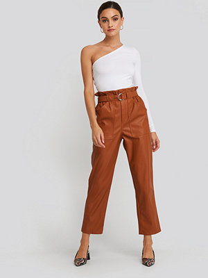 NA-KD Trend röda byxor Tied Waist Pu Pants brun