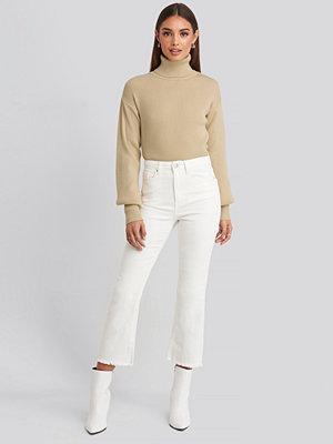 Hoss x NA-KD Cropped Flared Jeans vit