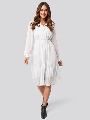 NA-KD Boho Pleated Flowy Button Up Dress grå