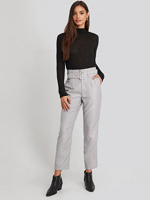 NA-KD Classic ljusgrå byxor High Waist Belted Pants grå