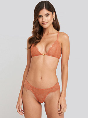NA-KD Lingerie High Cut Lace Panty rosa