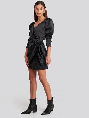 NA-KD Trend Sweetheart Neck Wrap Dress svart