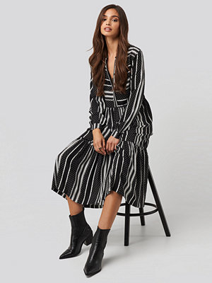 NA-KD Mixed Print Flounce Dress svart
