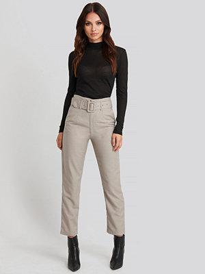 NA-KD Classic byxor High Waist Belted Pants grå beige