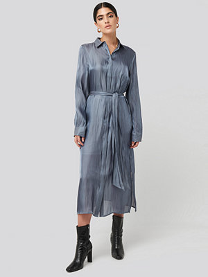 NA-KD Classic Shiny Long Shirt Dress blå