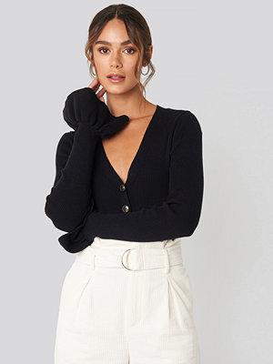 Hanna Weig x NA-KD Button Down Bell Sleeve Sweater svart