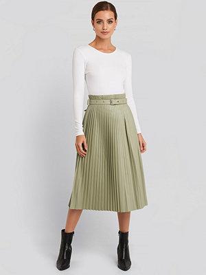 Kjolar - NA-KD Trend Pleated Pu Belt Skirt grön