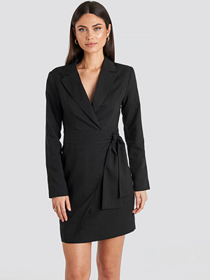 NA-KD Classic Side Tie Blazer Dress svart