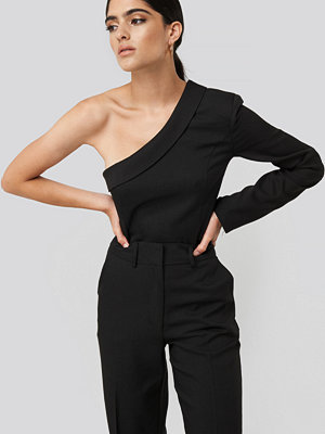 NA-KD Classic One Shoulder Shirt svart