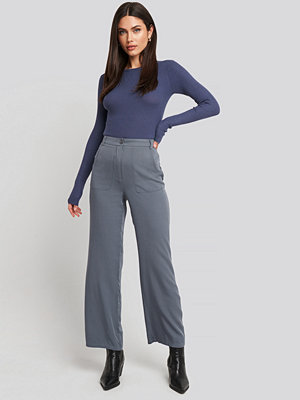 NA-KD Big Pocket Flowy Pants grå byxor