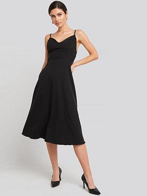 Trendyol Thin Strap Satin Detailed Midi Dress svart