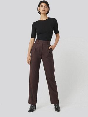 NA-KD Classic svarta byxor Loose Fit Suit Trousers röd