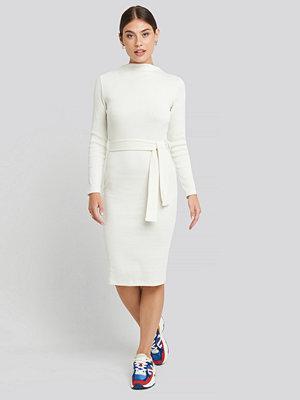 NA-KD Trend Belted Rib Knitted Dress vit
