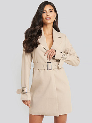 Festklänningar - AFJ x NA-KD Wide Belted Blazer Dress beige