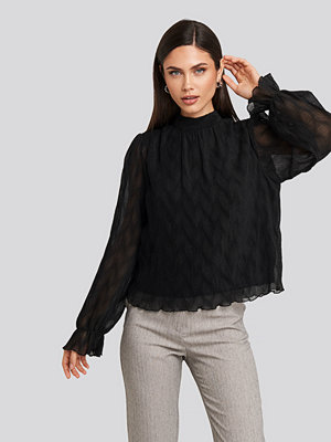 NA-KD Party Structured Marked Shoulder Blouse svart