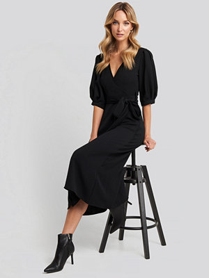 NA-KD Puff Sleeve Wrap Midi Dress svart