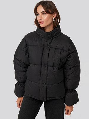 NA-KD Trend Elastic Detail Puffer Jacket svart