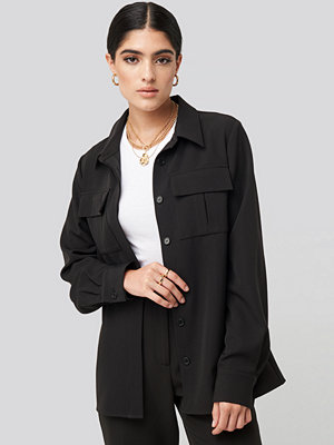NA-KD Classic Straight Fitted Overshirt svart