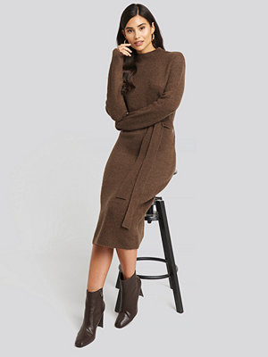 AFJ x NA-KD Tied Waist Knitted Dress brun